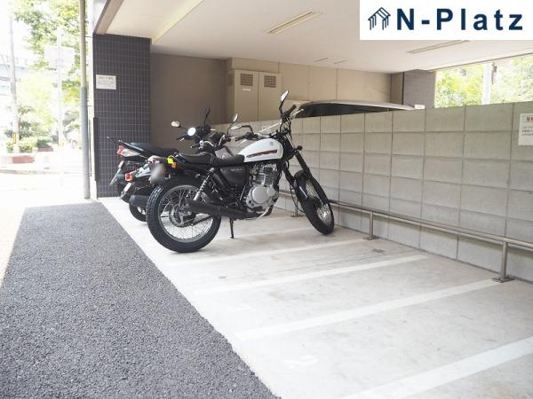 バイク置場は屋根付です♪