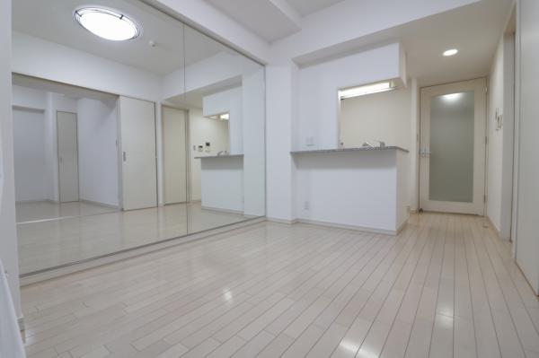 ダイニングの壁は一面鏡張り! お部屋が広く見えますね♪