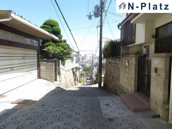 坂を下ると新湊川沿いに出ます。